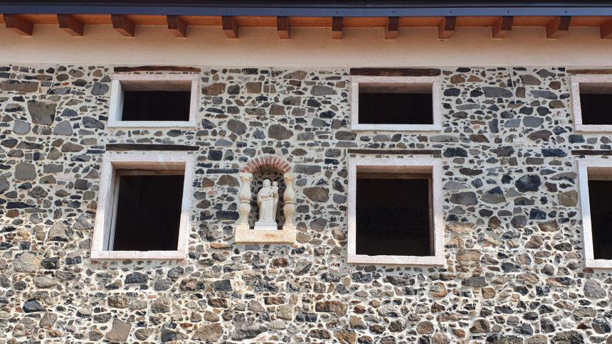 Una stupenda Madonna cimbra sulla facciata della vecchia casara in restauro