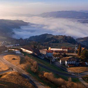 Ad Alvese splende il sole, sopra un mare di nebbia che avvolge la valle